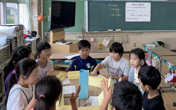 リーダーシップの考え方をもとに、委員会活動のアイデアを出し合う児童ら(7月、東京都足立区立花保小)