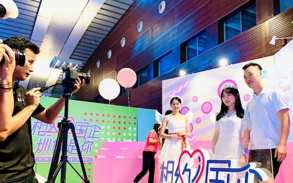 婚活サイトのパーティーではカップル成立を祝福する写真撮影サービスがある(深圳市)