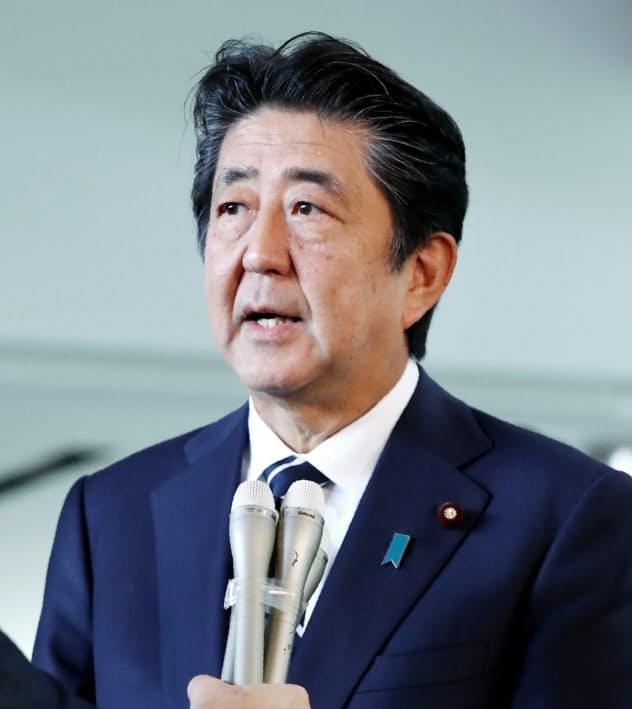 記者の質問に答える安倍首相(23日午前、首相官邸)
