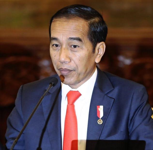 記者会見するインドネシアのジョコ大統領(26日、ジャカルタ)=AP