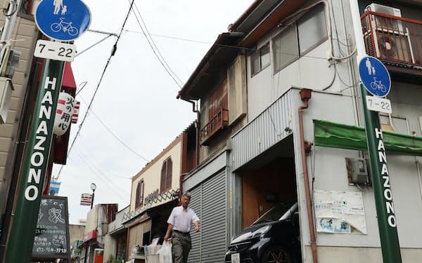 ゴールポスト風のゲートを設置した花園商店街(大阪府東大阪市)