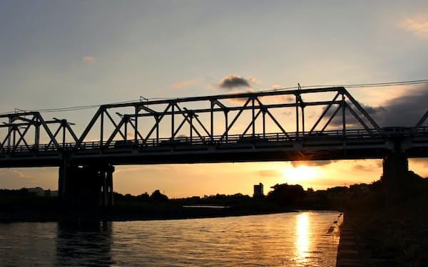 夕日を浴びる渡良瀬橋は足利市の足利百景にも選ばれている