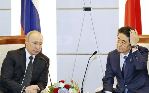 安倍首相(右)はプーチン大統領との会談で懸案の平和条約交渉の進展につなげたいとみられるが…(6月の首脳会談、大阪)