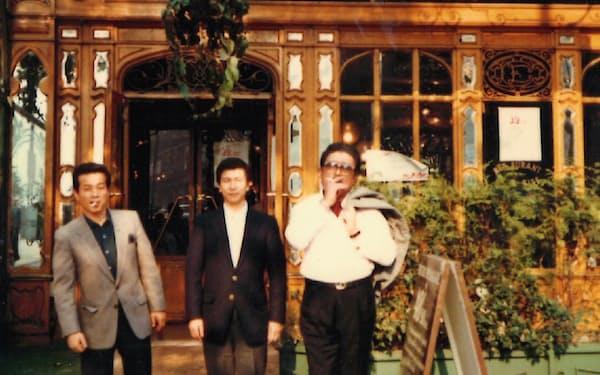 桂さん(右)に同行してフランスのレストランを視察(中央が本人)