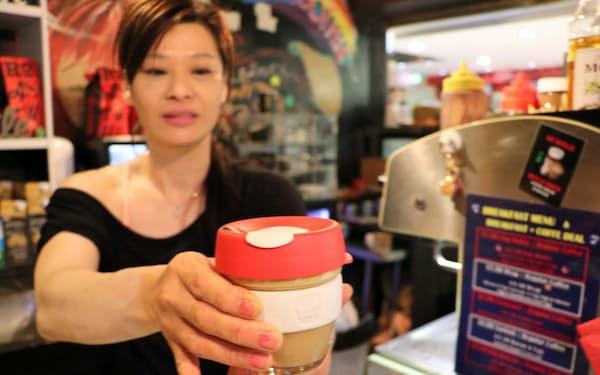 繰り返し使えるカップを持参する人が増えている(8月、シドニーのカフェ)