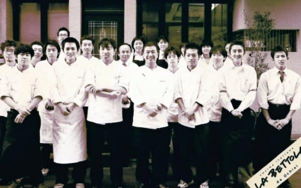 ラ・ベットラ開店当時、スタッフと(前列左から4人目が落合さん、レストラン資料から)