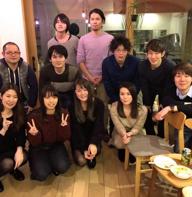 工藤氏(中央後ろ)が設立したUZUMAKIには15人が集う