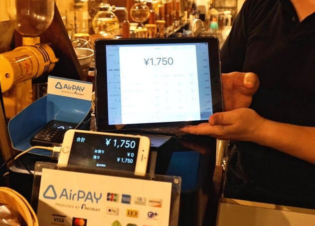 増税を機に、中小店の間でタブレットやスマホを使ったPOSレジが広がっている(東京都豊島区の喫茶店)