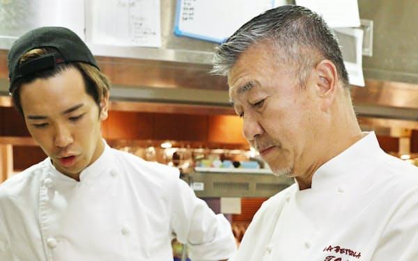 厨房で料理の確認をする落合さん(右)(東京都豊島区のイケブクロ ラ・ベットラ・ダ・オチアイで)