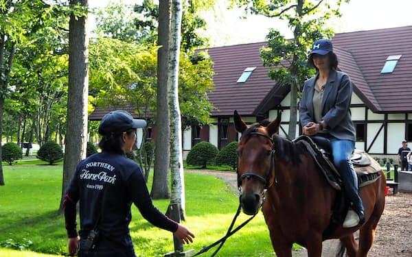 観光ひき馬を楽しむ来場者(北海道苫小牧市のノーザンホースパーク)