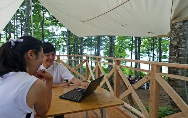 ブナ林の中にある「森のテラス」はWi-Fiや電源を備える