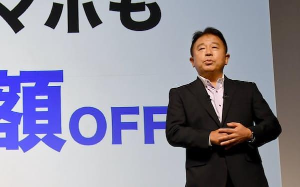 新サービスを発表するソフトバンクの榛葉副社長(9日、東京都港区)