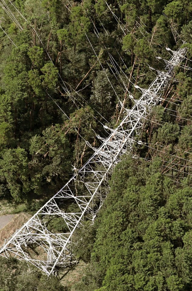 倒れた送電線の鉄塔(9日、千葉県君津市)