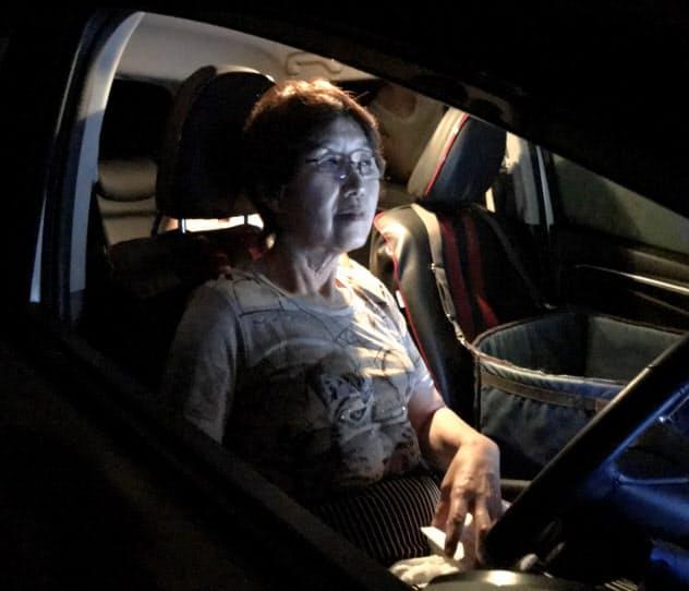 停電して蒸し暑い自宅を避け、車内で過ごす人(10日、千葉県八街市)