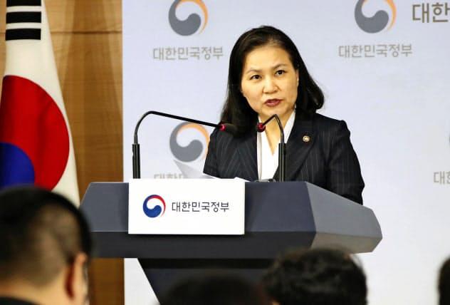 ソウル市内でWTO提訴について記者会見する韓国産業通商資源省の兪明希通商交渉本部長(11日)=聯合・共同