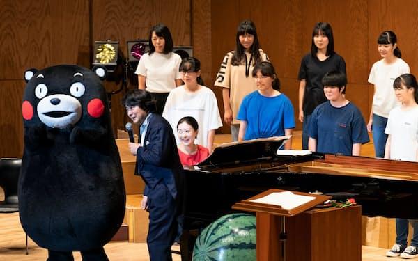 中学生の合唱団、熊本県のPRキャラクター「くまモン」と共演(8月23日、神奈川県立音楽堂)=青柳聡撮影