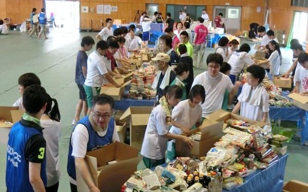 寄贈された食品を送るため、地元の高校で箱詰め作業をするボランティア(7月、フードバンク山梨)