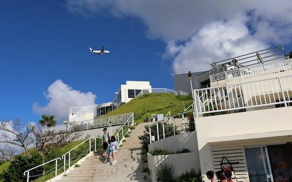 真っ白な建物と飛行機が青空に映える
