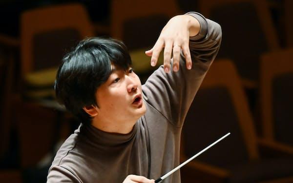公演のリハーサルで指揮する山田さん(東京都杉並区)