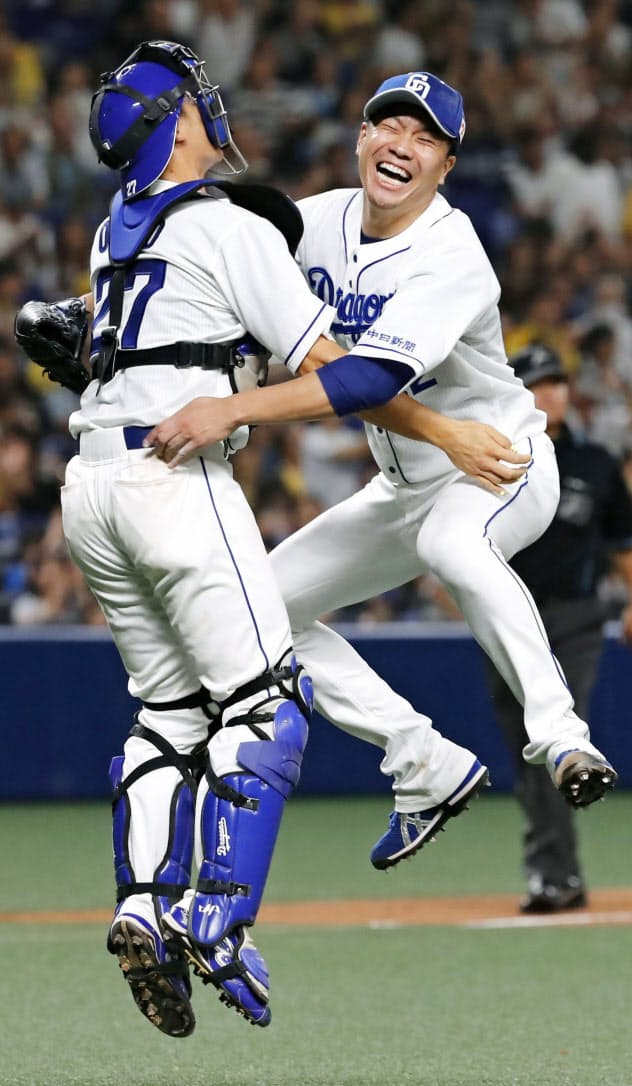 阪神戦でプロ野球史上81人目となるノーヒットノーランを達成し、捕手の大野奨と喜ぶ大野雄