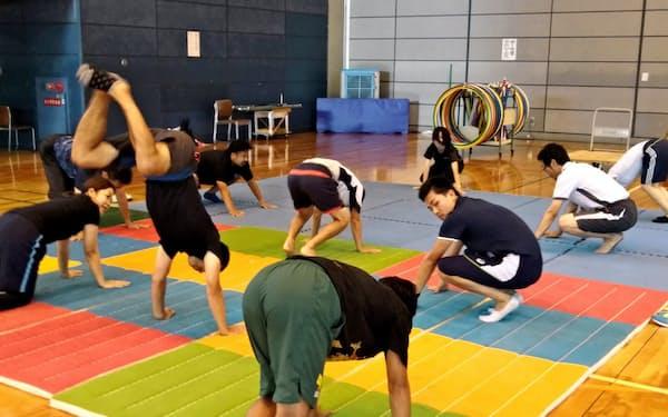 研修会でマット運動の指導法を学ぶ教員ら(大阪府豊中市)=大阪府提供