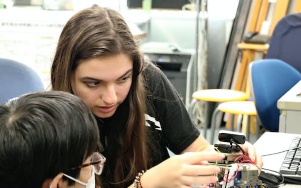 高校生は先端技術の実験・研究に取り組んだ(7月、豊洲キャンパス)=芝浦工大提供