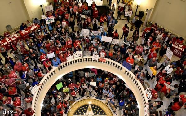オクラホマ州議会で、教員らが2週間にわたり抗議活動を行い、教育予算の拡大などを勝ち取った(昨年4月)=ロイター