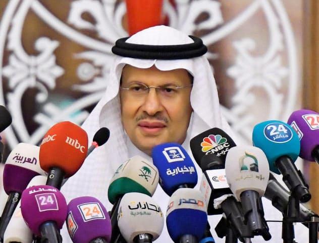 17日、記者会見するサウジアラビアのアブドルアジズ・エネルギー相=ロイター