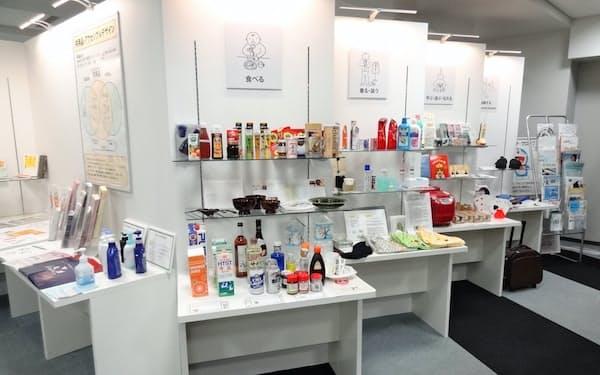 共用品推進機構の展示室には、日本生まれの共用品が数多く並ぶ