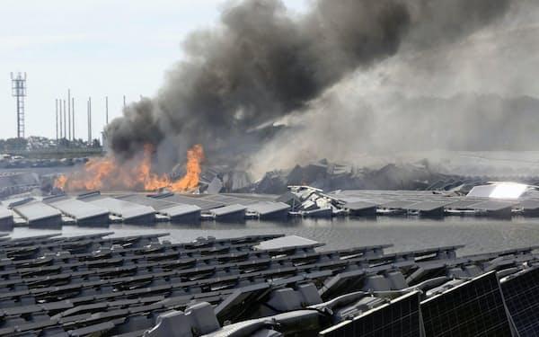 台風15号の被害を受けた千葉県内の太陽光発電所は4時間にわたって燃え続けた(9月、市原市)