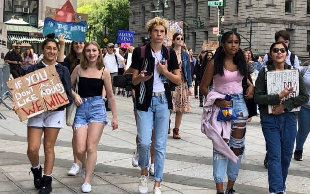 気候変動問題に取り組むよう求める若者たち(20日、ニューヨーク)