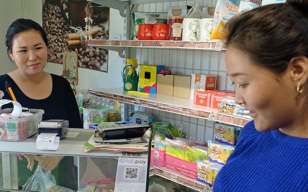 モンゴルの小売店など10万店舗でQRコードのステッカーが貼られている