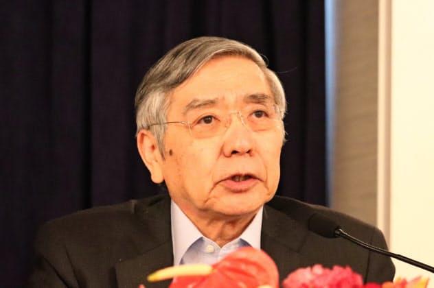 記者会見する黒田総裁(24日、大阪市)