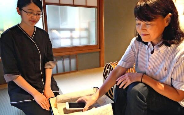 星野リゾートではスマホを預けて滞在する宿泊プランを提供する(11日、京都市)