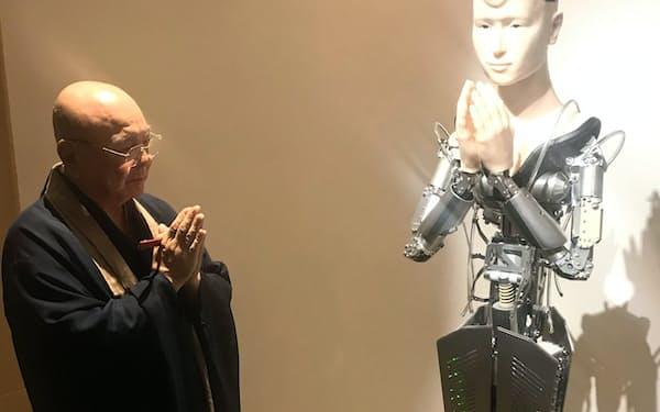 高台寺のアンドロイド観音「マインダー」と僧侶の後藤典生・前執事長(京都市)