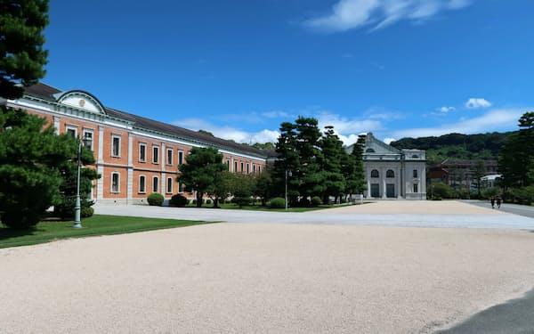 旧海軍兵学校の主要建築は今も海自の学校施設として活用されている(手前が生徒館、奥が大講堂)