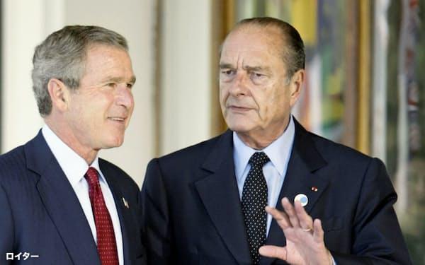 シラク氏(右)はブッシュ米大統領(当時)が主導したイラク戦争の開戦に反対した(2003年)=ロイター