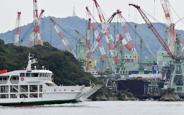 多くの造船所が集まる波止浜湾。巨大なクレーンが立ち並ぶ=森山有紗撮影