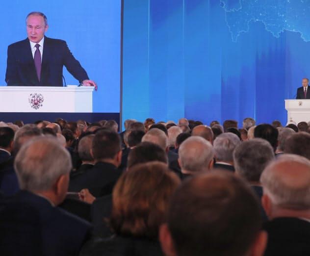 プーチン大統領は2018年3月の年次教書演説で原子力推進ミサイルの開発などに言及した=ロイター