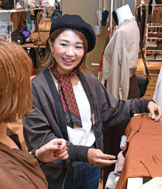 ストライプの柳ケ瀬さんは育児しながら忙しい週末の出勤もこなす(神奈川県藤沢市)