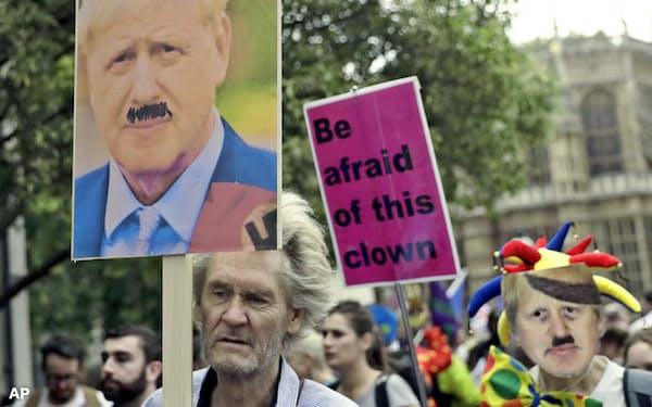 ロンドンの英議会近くでの抗議活動に参加するEU離脱反対派の人たち=AP