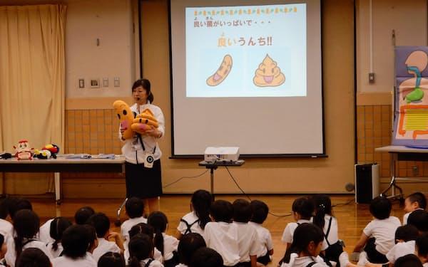 出前授業で排便の大切さを低学年の児童に伝える(東京都台東区の大正小学校)