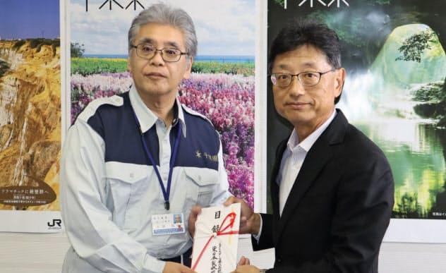 千葉県に義援金を贈呈するJFEスチールの斉藤輝弘専務執行役員(右)(8日、千葉県庁)