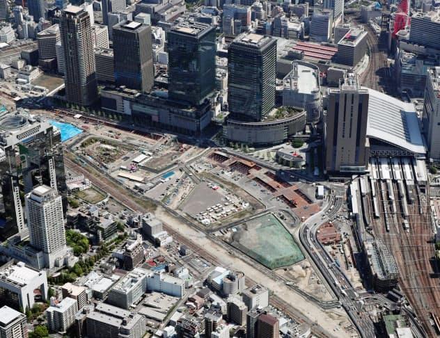 再開発エリア「うめきた2期地区」(中央の空き地)。JR大阪駅(右)と1期地区(上のビル4棟)に隣接する