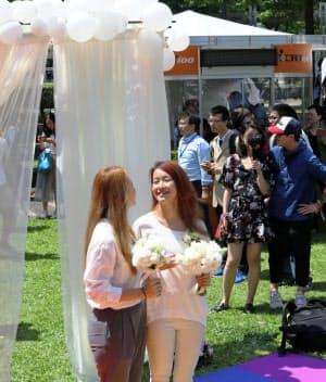 同性婚の受け付け開始当日に結婚したカップル(5月、台北市内)