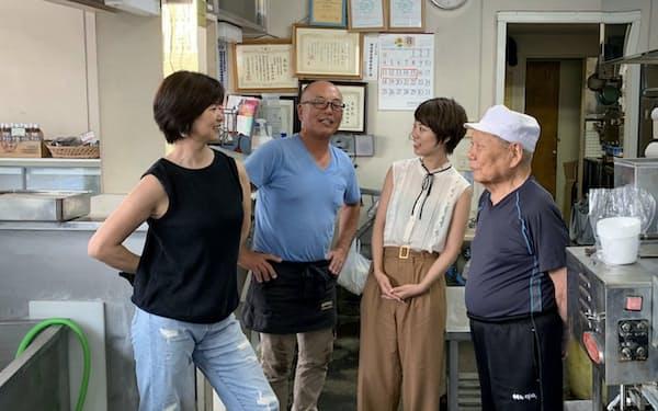 日本マイクロソフトの佐藤沙里那さん(右から2人目)は実家の豆腐店のネット販売サイトを立ち上げた(千葉県船橋市)