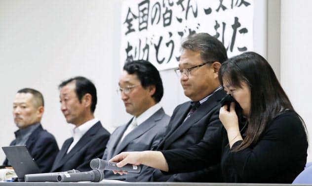 大川小津波訴訟で勝訴判決が確定し、記者会見で涙ぐむ遺族ら(11日、仙台市)