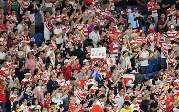 初の8強進出を喜ぶスタンドのファン(13日、横浜市の横浜国際総合競技場)