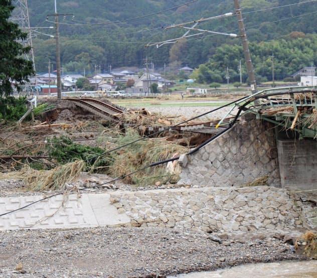 永野川にかかるJR両毛線の線路が壊れた(14日、栃木県栃木市)