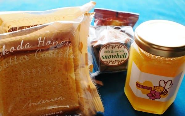 大学キャンパス屋上の養蜂箱で採取したハチミツ(右)(非売品)を原料にカステラなどを販売する